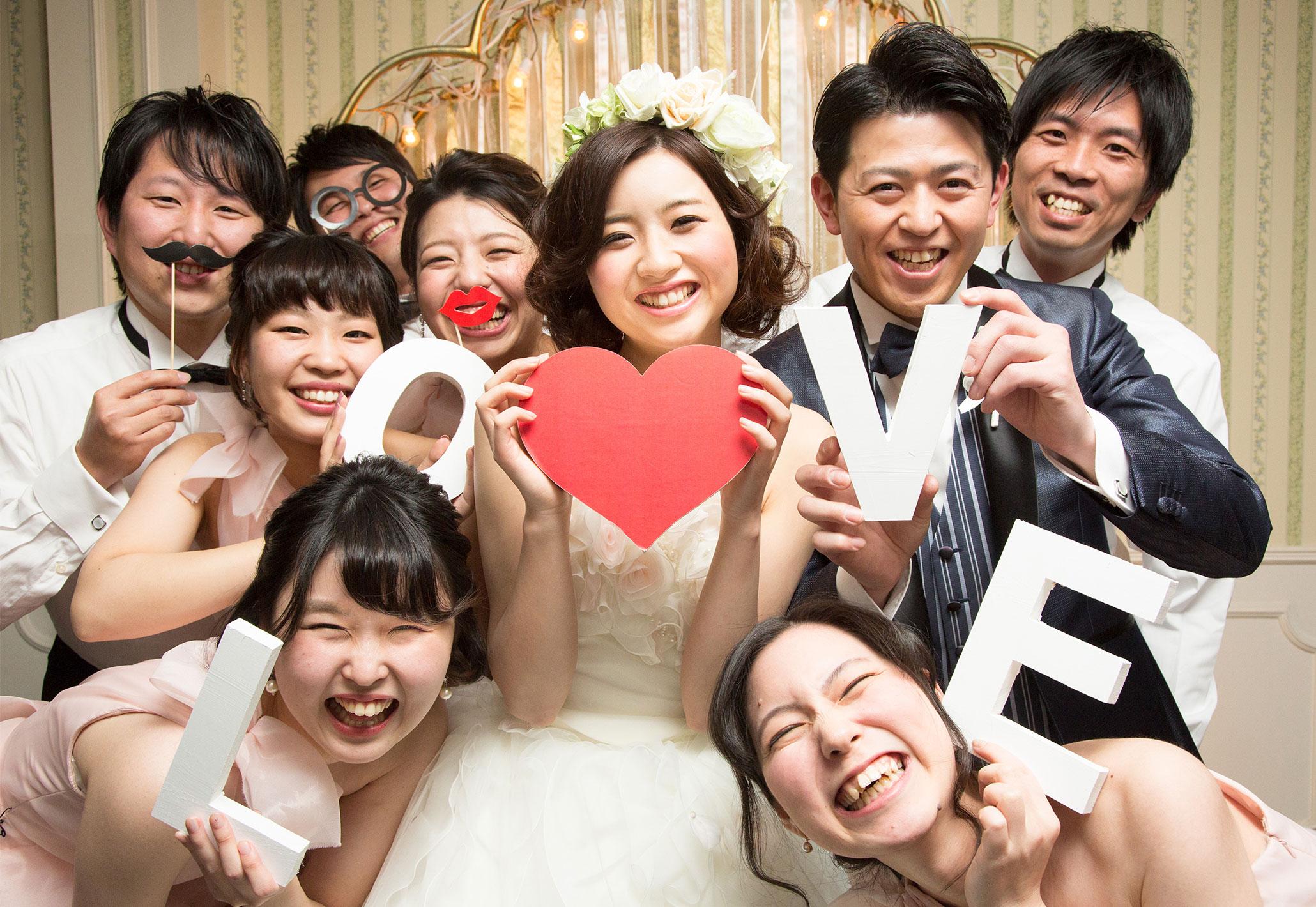 ワイワイ仲間と一緒に笑顔の一枚を撮影してみよう | 高知県高知市の結婚式場ドリーマーベイシャトー
