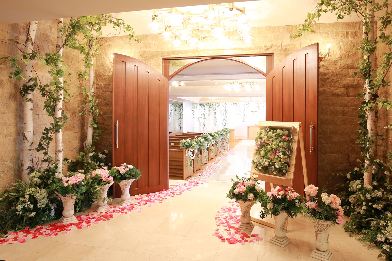 エントランスは自由にアレンジOK!ふたりらしいカラーコーディネートでゲストを迎えよう | 高知県高知市の結婚式場ドリーマーベイシャトー