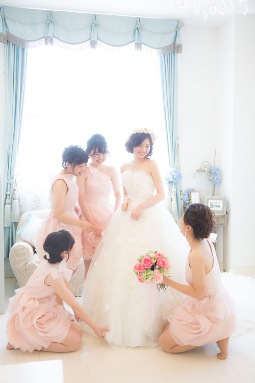 ブライズメイドたちと楽しく身支度を | 高知県高知市の結婚式場ドリーマーベイシャトー
