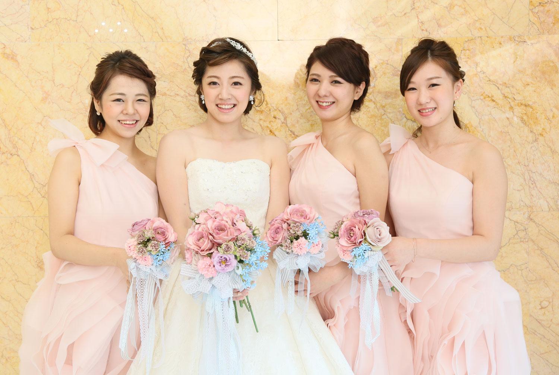ブライズメイドとお揃いのブーケを持って・・・ | 高知県高知市の結婚式場ドリーマーベイシャトー