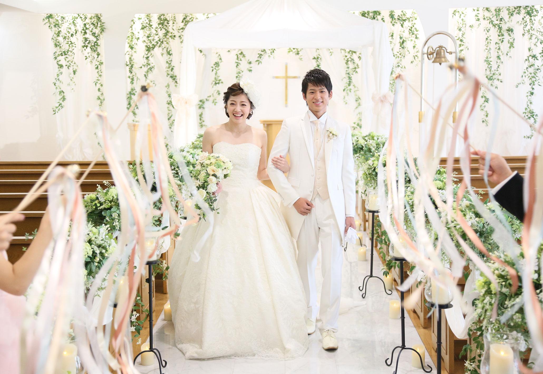 純白のチャペルでカラフルなリボンワンズの祝福を! | 高知県高知市の結婚式場ドリーマーベイシャトー